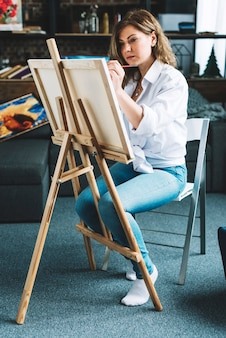スタジオでの絵画画家