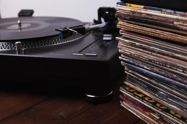レコードプレーヤーの近くのクローズアップディスク