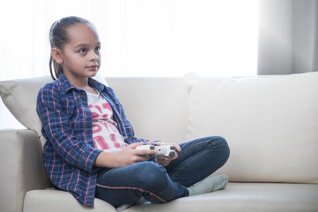 女の子、ビデオゲーム、ソファー、再生