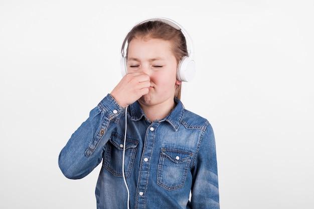 鼻を覆うヘッドフォンの女の子
