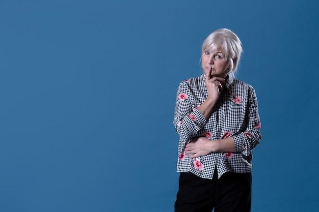 Задумчивая пожилая женщина