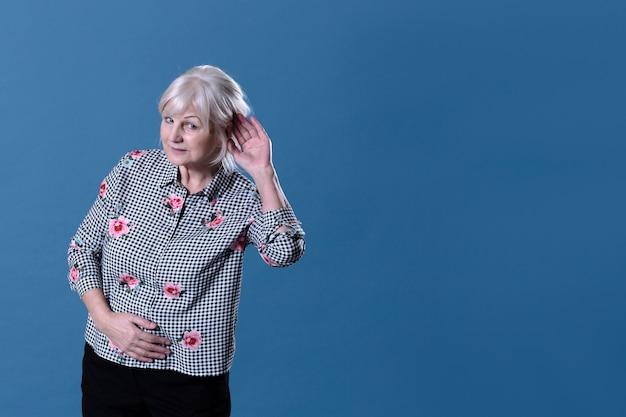 Пожилая женщина слушает