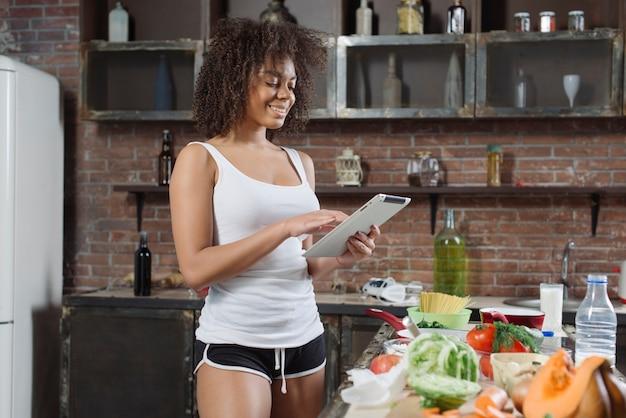 女、料理、タブレット