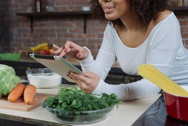 Женщина с планшетом на кухне