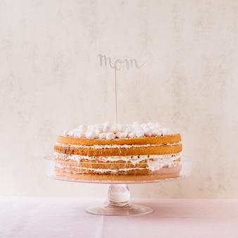 母の日のために大きなおいしいケーキ