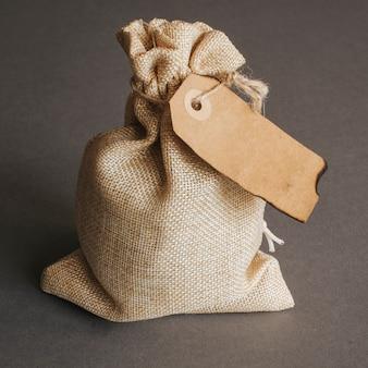 ヴィンテージ・タグ付きのバッグ