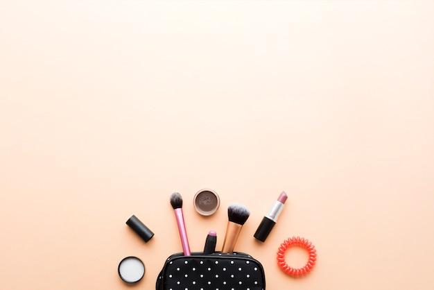 ブラシ、化粧品の入ったメイクアップバッグ