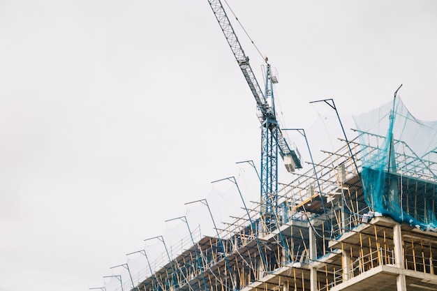 クレーンと建設中の建物