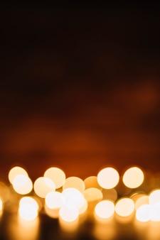 暗闇の上でぼんやりとした妖精の光