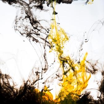 水中で流れるインクの鮮やかな混合物