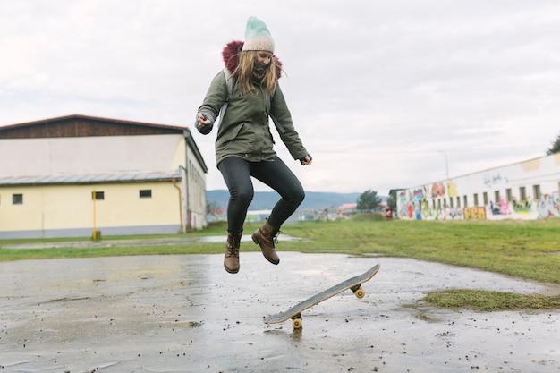 若い、女、スケートボード、スタント