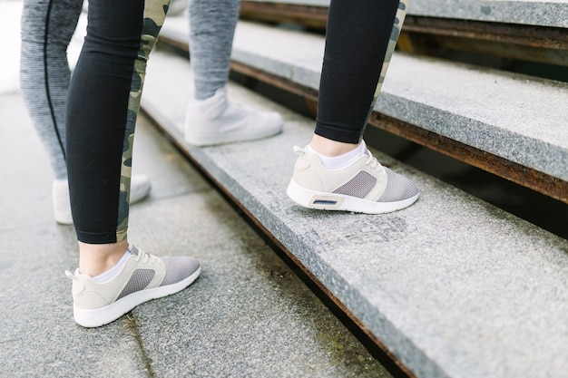 Урожай ноги ступают по лестнице во время тренировки