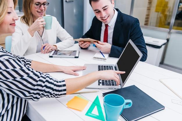 Контент-коллеги смотрят ноутбук вместе