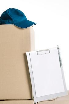 ボックス上のキャップとクリップボード