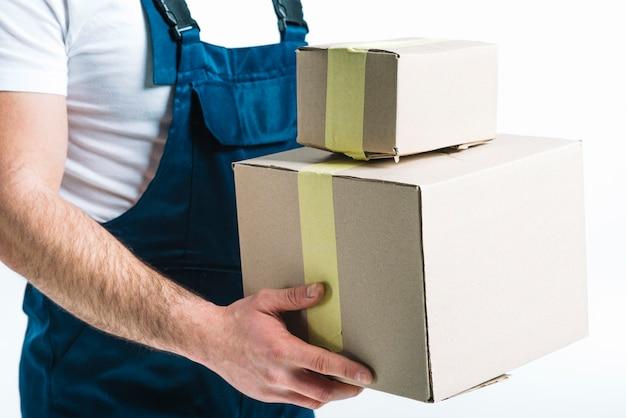 密封小包を持つ配達人を作物