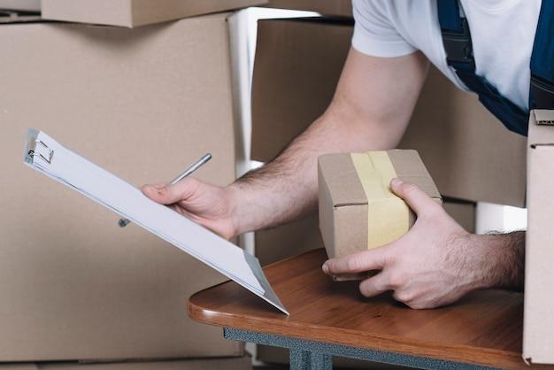 リスト内の小包を検索する宅配便を刈る