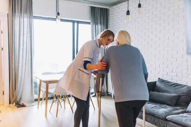 女性と老人ホームの看護師