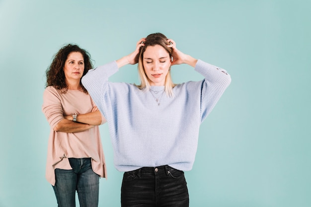 母親と争う若い女性