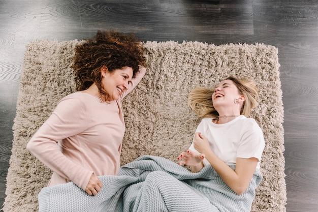 床に女性を笑う