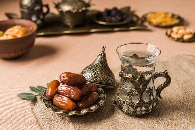 ラマダンのアラビア語の食べ物のコンセプト