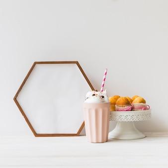 六角形のフレームとミルクシェイク