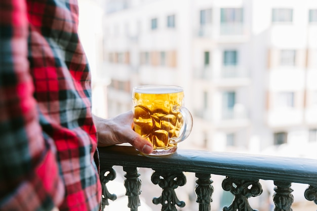 Концепция пива с мужчиной на балконе