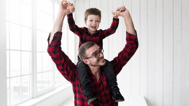 父の日に息子を抱く男、黒板の前