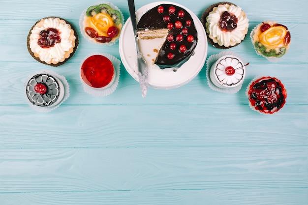 青い盛り合わせのケーキ