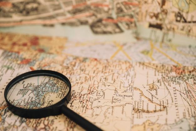 地図上にクローズアップ虫眼鏡
