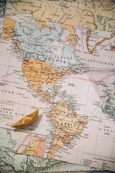 地図上の折り紙のボート