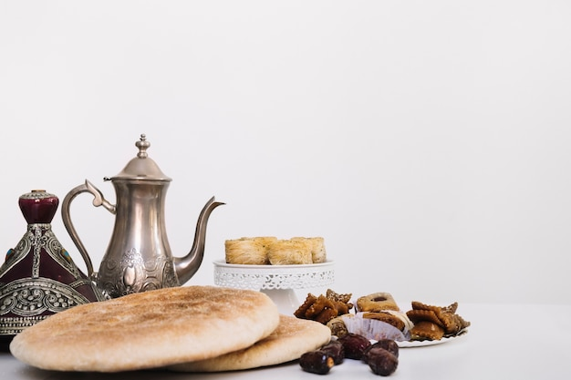Рамаданская композиция с чайным горшочком и арабской едой