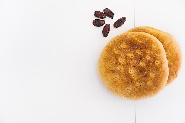 アラブのパンと日付のあるラマダンのコンセプト