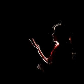 イスラム教徒の女性の祈りのシルエット