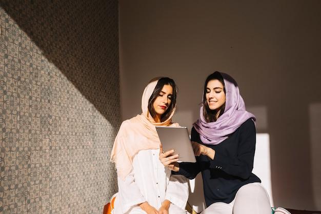 タブレットを使ったイスラム教徒の女性