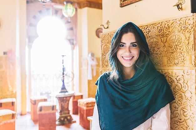 レストランで笑顔のイスラム教徒の女性の肖像