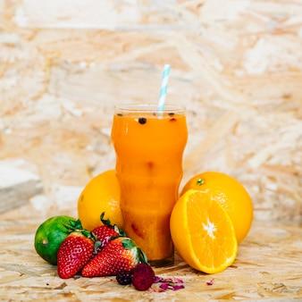Летний коктейль и тропические фрукты