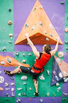 スポーティな男の登山壁