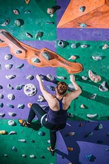 背中の女性の登山の壁