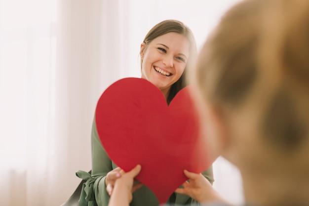 Концепция матери с бумажным сердцем