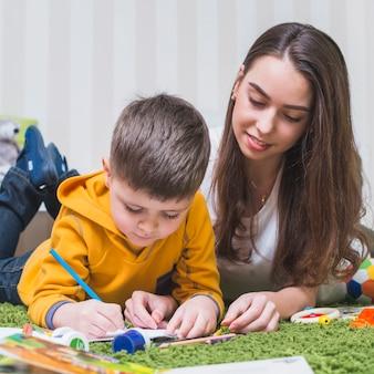 Женщина рисует с мальчиком