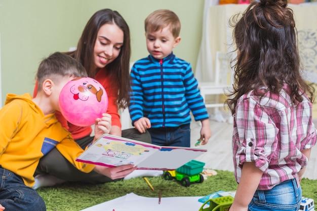 子供たちに物語を読んでいる女性