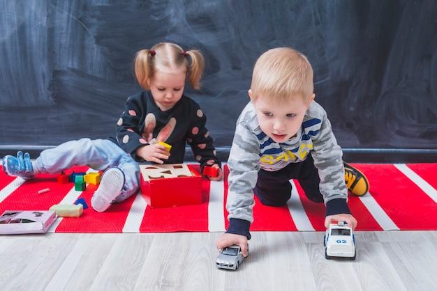 子供たちが床に時間を費やしている