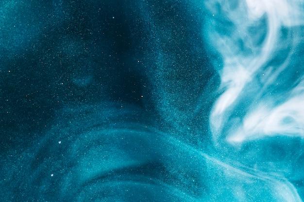 青い水の上の煙