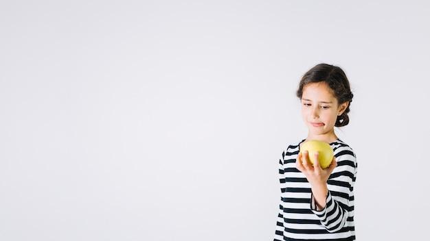 りんごを見て嫌な女の子