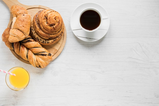 パンの近くのコーヒージュース