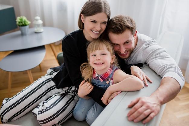 Смешная семья на диване