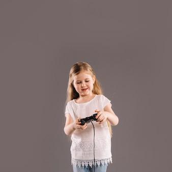 ビデオゲームをする少女