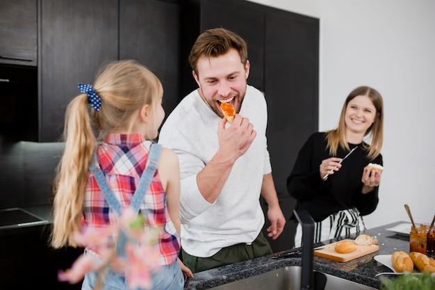 料理中に楽しい家族
