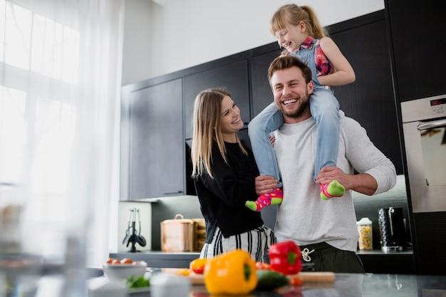 Веселая семья на кухне