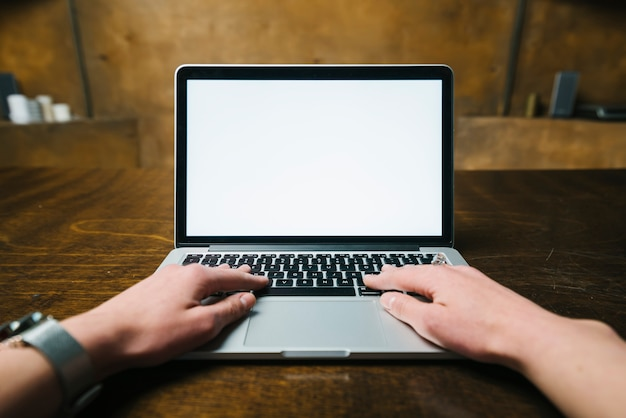 Обрезать руки с помощью современного ноутбука